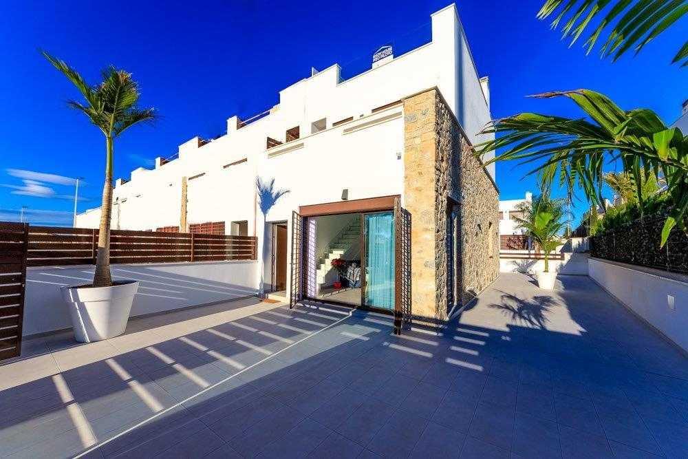 Geschakelde duplex Torrevieja op 900 meter van de kust! vanaf € 234900,– (1)